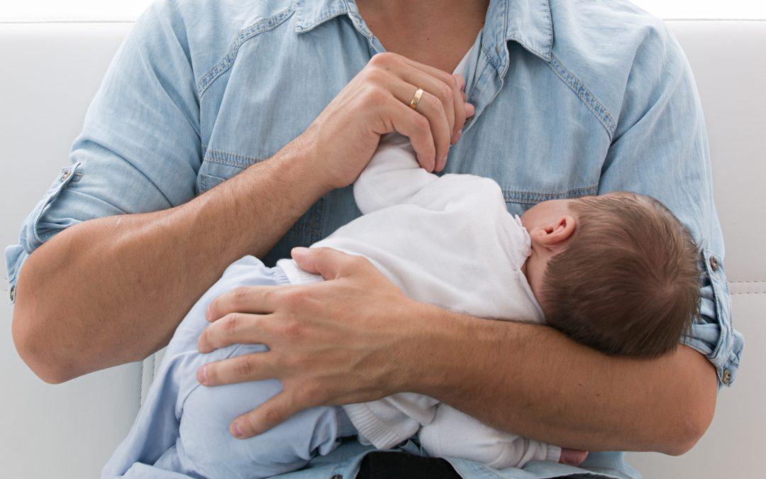 El permiso de paternidad se amplía un mes
